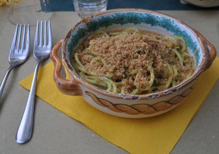 La pasta con le sarde è un primo piatto che potrebbe costituire anche un pasto unico. Si tratta di un concentrato di raffinatezza e genio siciliano.