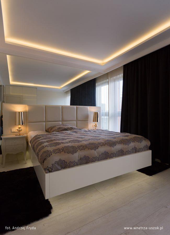 Aranżacja nowoczesnej sypialni ze ściennym łóżkiem. Podświetlany sufit w sypialni - pomysły na wystrój nastrojowej sypialni. Jak urządzić modną sypialnię.