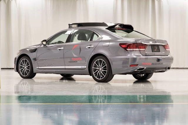 Toyota trae a CES 2018 su prototipo de vehículo autónomo Platform 3.0     Toyota traerá su último prototipo de auto sin conductor al CES 2018. Bautizado como Platform 3.0 cuenta con una serie de mejoras sobre los modelos anteriores incluyendo mejores sensores. Los ingenieros también prestaron más atención a la estética cosa que siempre es de agradecer.  El automóvil en sí es un híbrido Lexus LS 600hL modificado. Eso significa que está basado en una versión anterior del sedán LS de la marca…