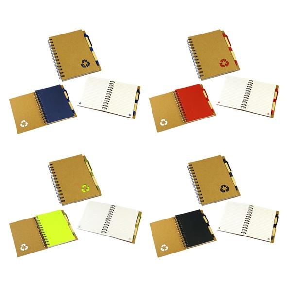 """COD.EC026 Cuaderno Ecológico con Tapas Duras de Cartón Reciclado 650gsm, 70 hojas interiores lineadas y anillado metalico doble cero. Incluye Bolígrafo Ecológico y logo """"Reciclable"""" troquelado en la tapa."""
