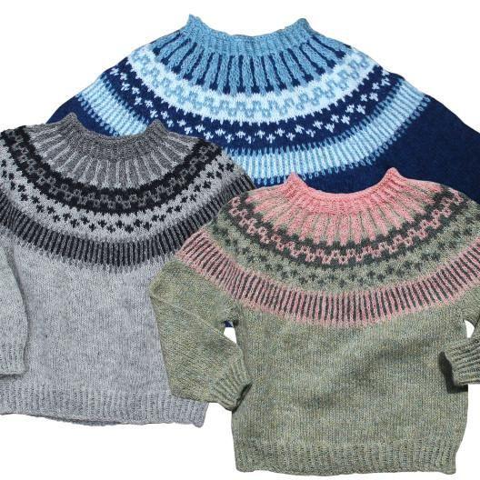 Strikkeopskrift på børnesweater Dejlig mønsterstrikket børnesweater Størrelse: 6-12 mdr. (1- 2 år) 2 - 3 årHalv overvidde: 31 (32½) 33½ cm Hel længde: