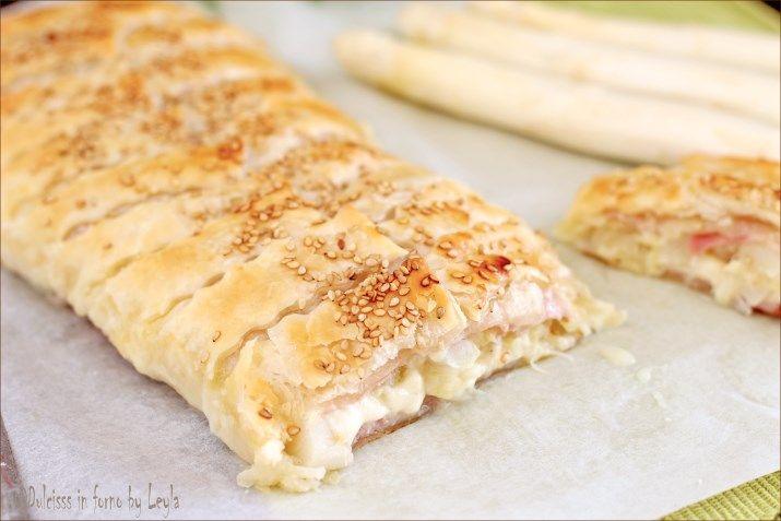 Strudel di asparagi con prosciutto e formaggio filante: uno strudel salato da presentare per un buffet, come antipasto o direttamente come secondo piatto.