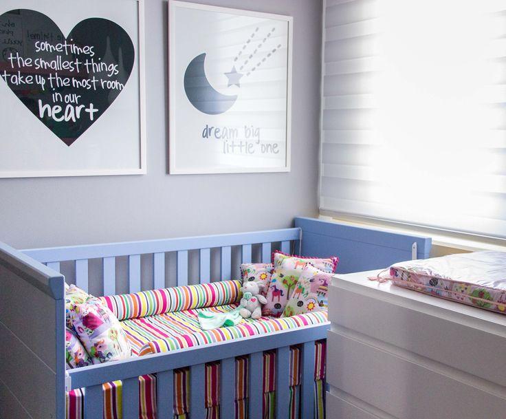 Quartinho @amomooui projetado pela Thaisa Bohrer para sua filha Maria Laura com roupa de cama em tema de unicórnio.  Berço laqueado em tom de violeta, parede cinza cor véu e detalhes coloridos na marcenaria. #quartodemenina #kidsroom  #colorful #colorido #unicórnio #unicorn #nursery #decor #quartodebebe #paredecinza