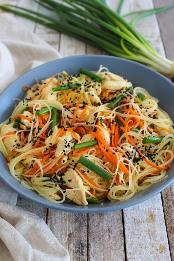 Salada de bifum com frango e cenoura, que pode ser servida quente ou fria. Não deixe de acompanhar com cebolinha fresca e gergelim polvilhado!