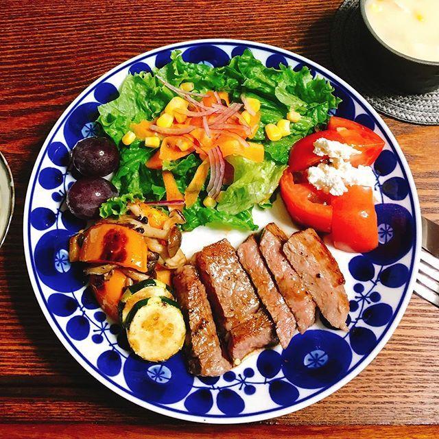 🥗ワンプレート  1人ご飯🥗  今日は、1人なので、 ワンプレートで✨✨ 料理教室で習ったお肉の、 美味しい焼き方で、焼くと、今までとは違う肉の柔らかさ〜😋😋 本当に、柔くて美味しい〜〜💕💕 🌱和牛ステーキ バルサミコ酢で.. 🌱キャロットラペ 🌱トマトカッテージチーズあえ 🌱パプリカ しめじ ズッキーニ塩炒め 🌱グリンレタス 紫玉ねぎ コーン 🌱巨峰 🌱ホワイトシチュー  #おうちごはん #おうちごはん部 #家庭料理 #手作り #献立 #今日のごはん #料理好き #料理写真 #クッキングラム #クッキング #instacooking #おうちごはん#instacooking #cooking #cookingram #cookingtime #cookinglove #いただきます#ワンプレート#肉#ステーキ
