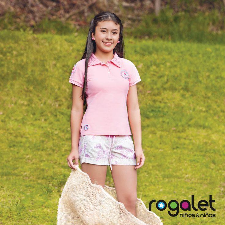 moda juvenil: Short blanco junto con blusa rosada.