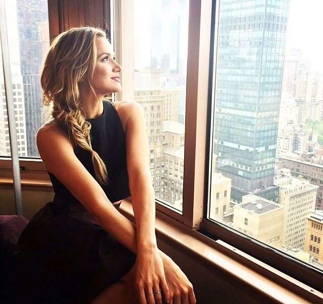 Love Shantel VanSanten's hair like this