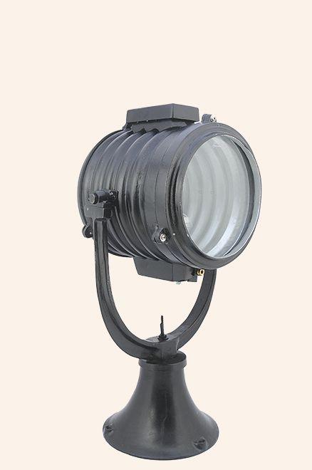 Tamamı ETAL 170 kodlu alüminyum döküm malzemedir. Ön cam kırılmaz (pyrex)'tir. Arka kapaktaki tutma kolu ile ağaşı/yukarı ve sağa/sola elle kumanda edilir. 550 metre menzilli aydınlatma sağlar.
