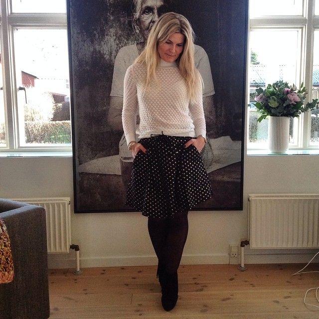 Strik boblegenser + sy lookalike nederdel   Et smukt sæt fra @stormandmarie #stormogmarie #guldprikker #elena #issy #gold #dots #online #ogibutikken #nyeforårsvarer