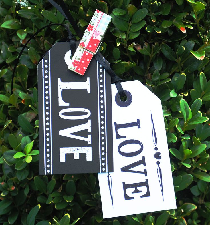 Pack of 10 stylish monochrome tags - 5 white and 5 black, printed one side with LOVE. Supplied with black ribbon. Each tag measures 5 x 3.9 cm. Fab for an Art deco, vintage or cinema/movie themed wedding, and also great for anything else! Could even use them as most splendid place settings!