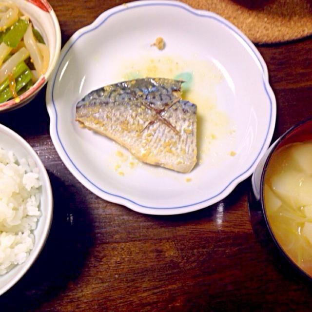 初めて鯖の味噌煮に挑戦してみたけどなかなか美味しく出来ました(´▽`) - 1件のもぐもぐ - 鯖の味噌煮、こんにゃくピーマン油揚げちくわの炒め煮、じゃがいもと玉ねぎの味噌汁 by ぴこ