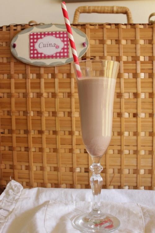 Batido de chocolate  http://artschocolates.wordpress.com/2012/05/04/helado-con-fresas-y-batido-en-10-minutos/