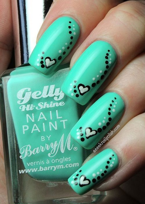 Uñas verdes con corazones - Green nails with little hearts