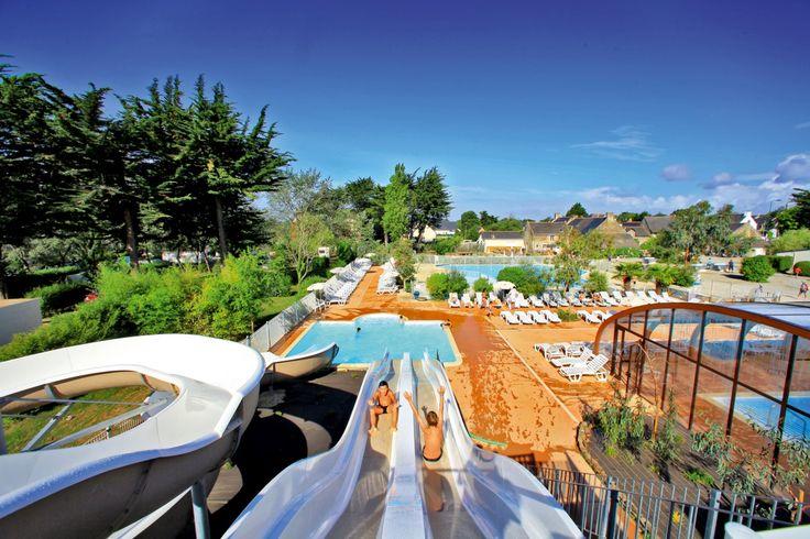 Camping Manoir de Ker An Poul : piscines intérieure et extérieure chauffées, 3 toboggans aquatiques, bain à remous, 2 pataugeoires et autres jeux d'eau pour les petits