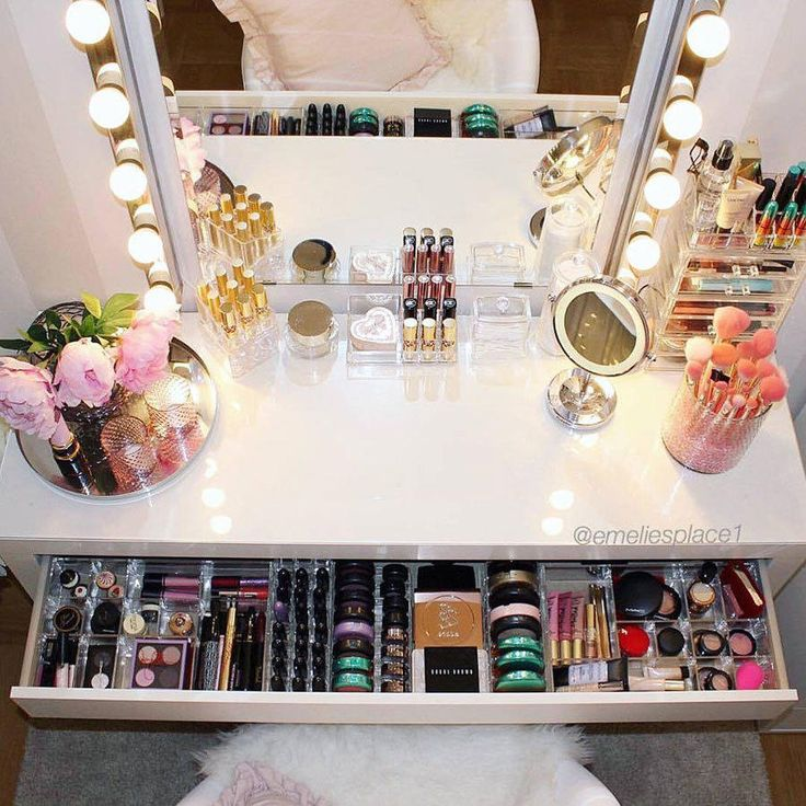 We can't help but drool over this fabulous station from Makeup.Val. You can tell there are so many products in her collection, but there's still zero clutter and everything appears to have its place. Now that's the kind of organization you need.
