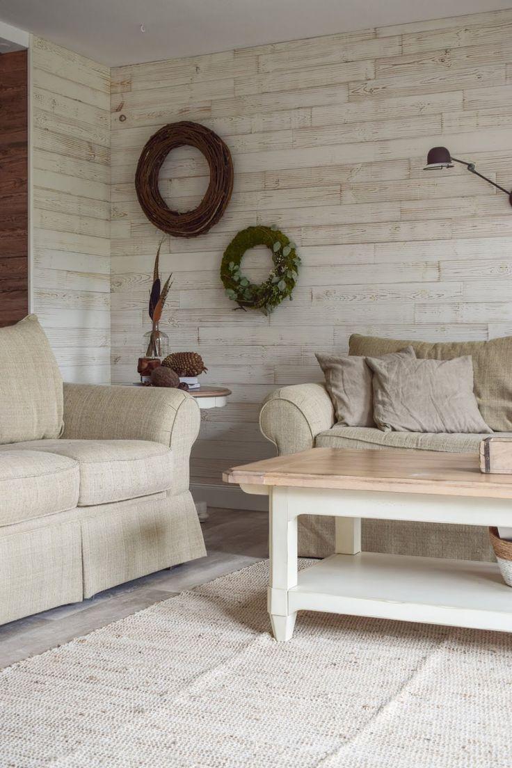 Deko für das Wohnzimmer und die Wand mit Kranz und Wandlampe