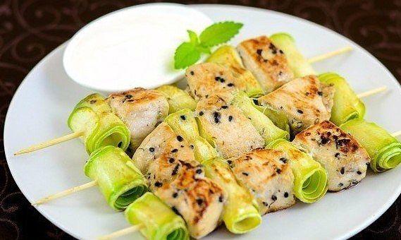 Chicken kebabs with zucchini