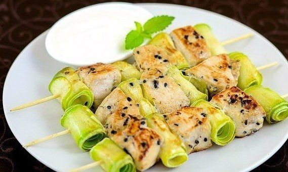 Chicken kebabs with zucchini