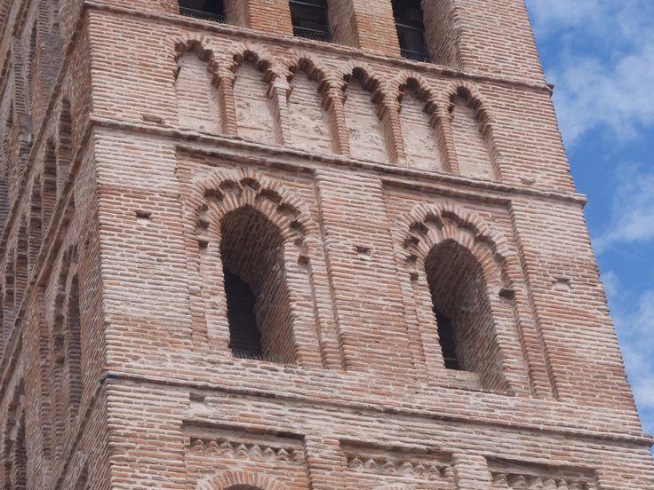 Huecos y arcos ciegos de uno de los seis cuerpos de la torre.