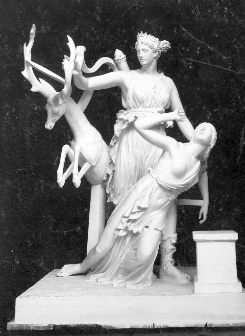 Statuen gengiver en dramatisk historie om gudinden Artemis, der redder den græske prinsesse Ifigenia fra at blive ofret af sin far. Fortællingen var yndet i antikken og har rødder i den græske mytologi.