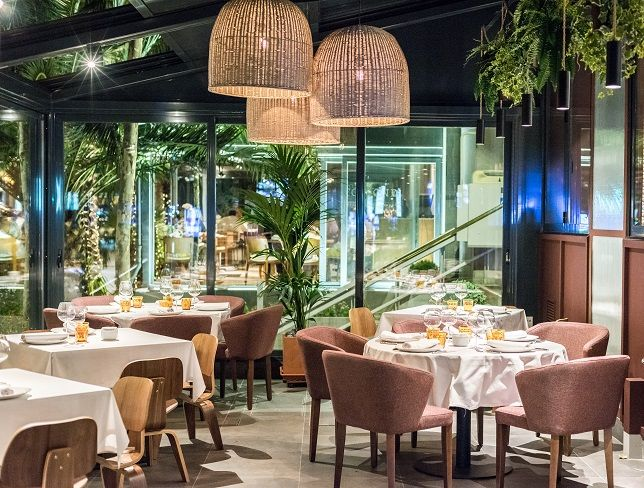 Terraza cubierta .Rocacho Restaurante Asador Madrid. Padre Damian 38 #restaurant #retail #cuartointerior #interiorismo #gastronomia #asador #Madrid #lámparas #cobre #polspotten #stone