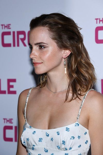 "Emma Watson Photos Photos - Emma Watson attends ""The Circle"" Premiere at Cinema UGC Normandie on June 21, 2017 in Paris, France. - The Paris Premiere of 'The Circle' at UGC Normandie Descubra 25 Filmes que Mudaram a História do Cinema no E-Book Gratuito em http://mundodecinema.com/melhores-filmes-cinema/"