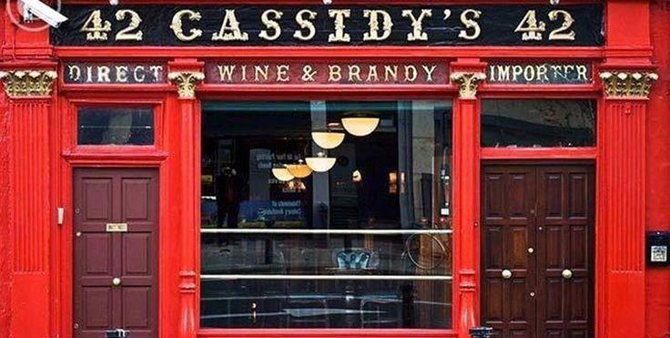 Una pinta de cerveza se disfruta en el pub Cassidy's - http://www.absolutirlanda.com/una-pinta-de-cerveza-se-disfruta-en-el-pub-cassidys/