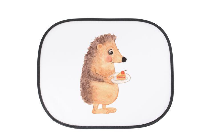 """Auto Sonnenschutz Igel mit Kuchenstück aus Kunstfaser  Natur - Das Original von Mr. & Mrs. Panda.  Der einzigartige Sonnenschutz von Mr. & Mrs. Panda ist wirklich etwas ganz Besonderes - er hat die Größe 38x44 cm und wird mit zwei Saugnäpfen ausgeliefert. Im Lieferumfang ist ein Sonnenschutz inkl. 2 Saugnäpfen enthalten.    Über unser Motiv Igel mit Kuchenstück  Unser kleiner Igel aus der """"Small World"""" - Kollektion findet immer einen triftigen Grund, ein Stück Kuchen zu verspeisen…"""