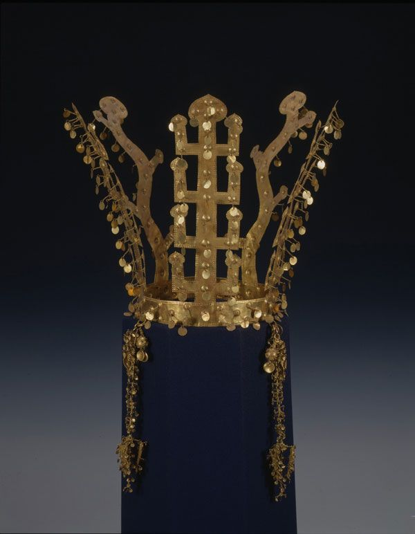 Gold Crown, Silla, excavated from Noseo-dong, Gyeongju, Korea Height 24 cm, Treasure n° 338, National Museum of Korea.