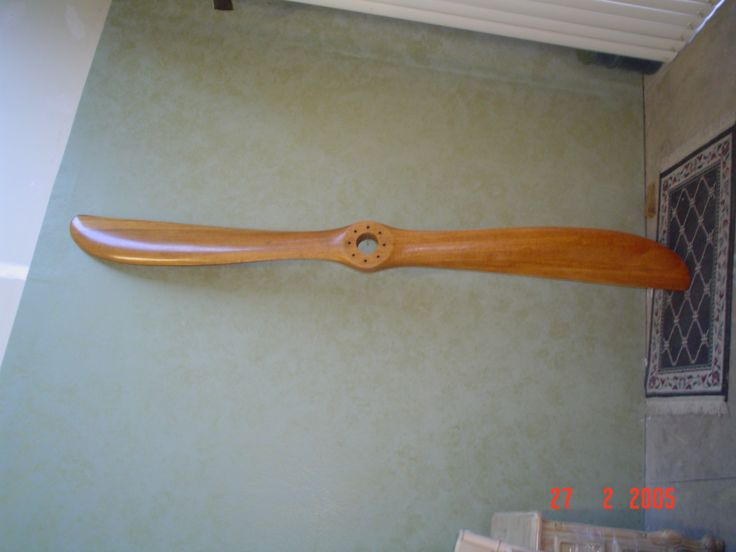 The refinishing of the propeller is completed by AM Furniture Finishing. The after picture.