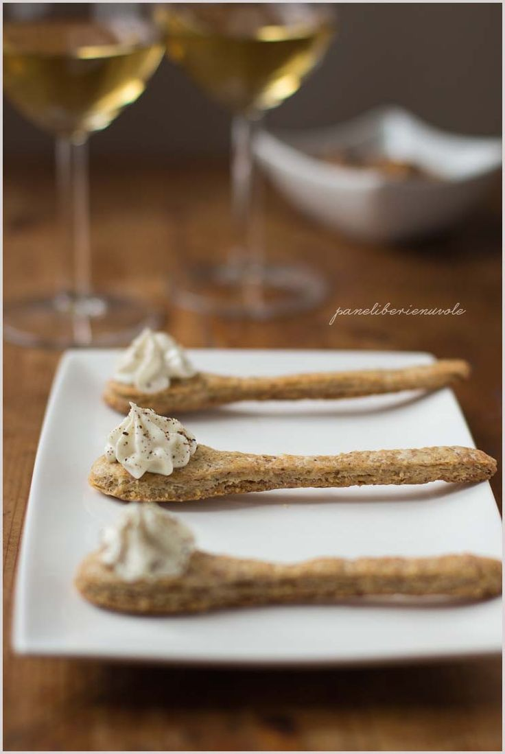 Cucchiaini di frolla salata con mousse al gorgonzola - Cheese mousse and walnut savoury cookies