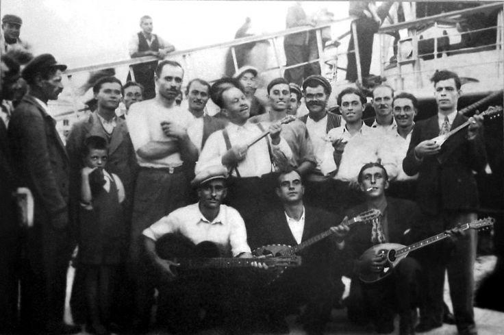 Ο Γιώργος Μπάτης και άλλοι ρεμπέτες (διακρίνονται: ο Στράτος Παγιουμτζής, ο Στέλιος Κηρομύτης, ο Γιάννης Παπαϊωάννου) στο λιμάνι του Πειραιά. (Η φωτογραφία είναι αδημοσίευτη και βρέθηκε στην Ταβέρνα «Τουλούμπα» στα Παλιά του Βόλου).