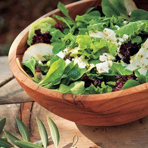 Salata cu branza.  Ingrediente:   - 1 salata verde   - 1 castravete   - 4 rosii   - 2 morcovi   - 150 gr cas   - 2 buc ceapa verde   - 4 linguri ulei de masline   - 2 linguri de otet balsamic   - 2 linguri de seminte decojite   - sare, piper
