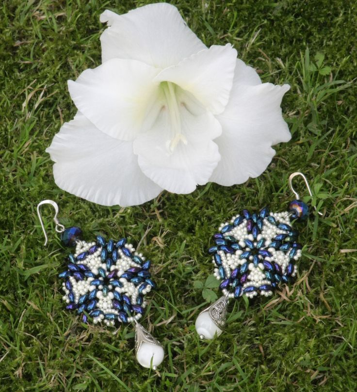 Stardust - An original pattern for a pair of silver earrings made with Miyuki and Gutermann seeds beads, Preciosa Ornela twin beads, Swarovski crystals and mother-of-pearl beads.