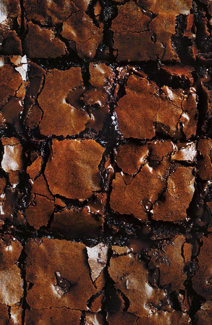 Essayez le dessert préféré de Donna Hay et un de ses classiques : des brownies au chocolat croquants en apparence, mais au coeur fondant et moelleux. Cette recette gourmande est présentée dans l'émission SIMPLEMENT EXTRAORDINAIRE AVEC DONNA HAY.