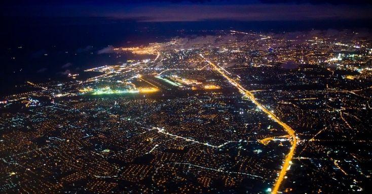 Capital das Filipinas e lar de mais de 1,7 milhão de pessoas, a cidade de Manila aparece toda iluminada nesta foto noturna tirada desde a janelinha de um avião