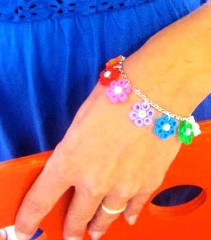Bracelet Fleurs en Perles Hama - Perles à repasser : http://www.creactivites.com/229-perles-a-repasser