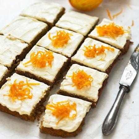 Makea porkkana tuo kakkuun mehevyyttä. Kun taikinan paistaa suorakaiteen muotoisessa vuoassa, siitä on helppo leikata leivoksia. Runsas, appelsiininmakuinen kuorrutus kruunaa maun.