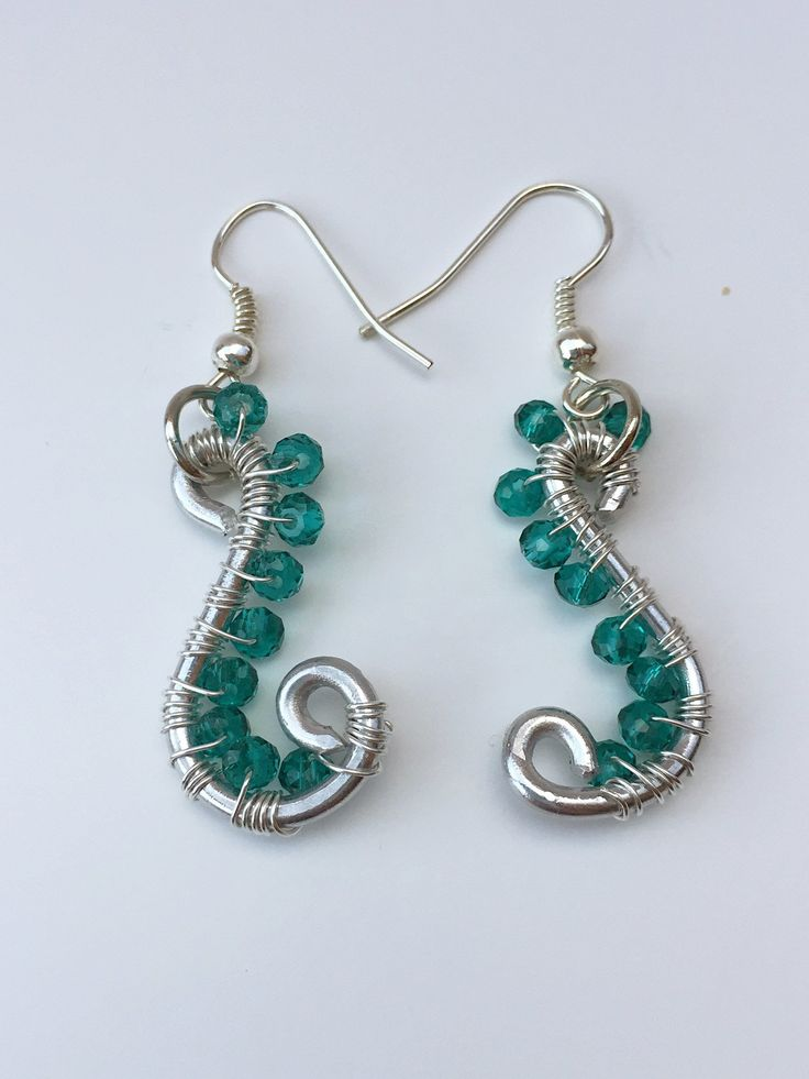 These wire wrapping silver green style earrings are made using a wire wrapping technique. Materials: Silver wire and 3mm green crystal. Measure: 1.5 inch