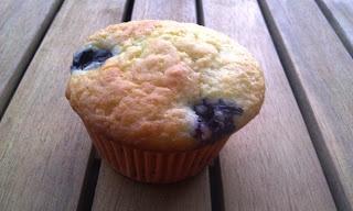 Blondie kookt: Muffins met yoghurt en bosbessen van Weight Watchers (ingrediënten: bloem, bakpoeder, ei, suiker, vanillestokje, citroen, zonnebloemolie, magere yoghurt en bosbessen)