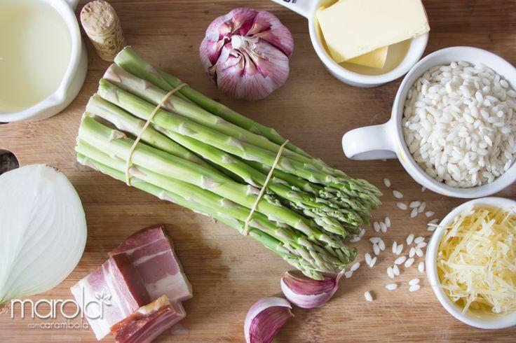 Lindos ingredientes para uma fácil receita de risoto de aspargos verdes frescos com bacon crocante.