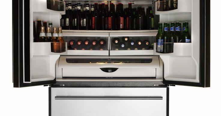 La luz de mi refrigerador Frigidaire no enciende. A pesar de lo cómodos que son, los refrigerados necesitan mantenimiento ocasional. Uno de los problemas más comunes es cuando la luz no se enciende al abrir la puerta. Si tienes un Frigidaire, arreglar este problema puede involucrar desde algo muy sencillo hasta un proceso complejo, dependiendo de la raíz del problema.