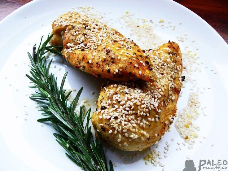 Kuřecí paleo prsa na kari se sezamovými semínky