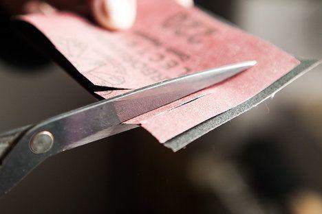 Jestli potřebujete nabrousit nůžky, stačí si koupit jemný smirkový papír na kov, přehnout ho na polovinu a nůžkami do něj párkrát střihnout....