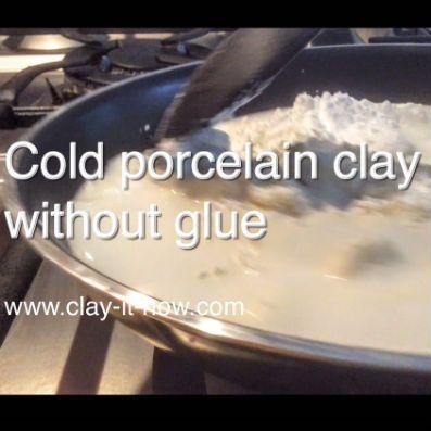 2 Tassen Natron 1 Tasse Speisestärke 1 Tasse kaltes Wasser 1 EL Babyöl  Glatt rühren, auf mittlerer Hitze kochen, bis es etwa die Konsistenz von Kartoffelbrei hat. Von der Flamme nehmen, etwas abkühlen lassen und dann durchkneten bis er glatt und geschmeidig ist.