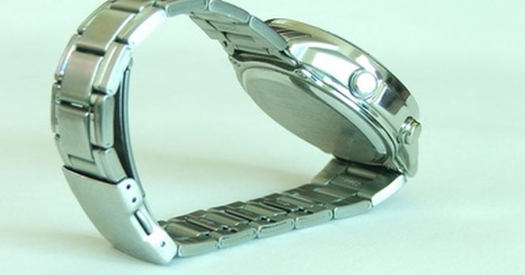 Cómo detectar un Breitling Bentley falso. Siendo los Breitling Bentley uno de los relojes más lujosos que existen, tienen muchas réplicas en el mercado. Estos relojes tienen la capacidad de marcar la hora en forma muy precisa y comparten su nombre con automóviles que un conocedor admira. Son relojes muy buscados, pero también son muy costosos. La gente a veces busca hacer un buen negocio ...