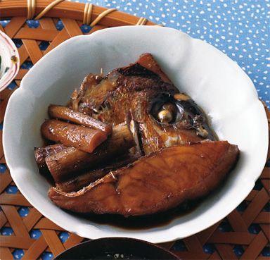 うま味のあるあらの部分も使って甘辛く煮た、ごはんにぴったりの煮魚です♪ しょうがの香りや付け合わせのごぼうの香りも楽しんで!