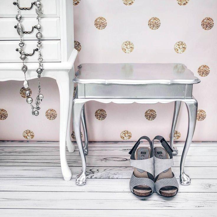 Popieracie recykling i upcykling? Ja bardzo! To też okazja by wyżyć się artystycznie. Taboret ze zdjęcia jeszcze niedawno był brązowym odartym i brudnym potworkiem. Trochę czasu farba w sprayu od @sniezka_farby i voila!  Na www.jestrudo.pl wpis jak krok po kroku taka metamorfoza wygląda zapraszam!  #pink #thinkpink #furniture #glamour #silver #interior4all #scandinavianinterior #handmade #diy #malowaniemebli #taboret #polkadots #dots #gold