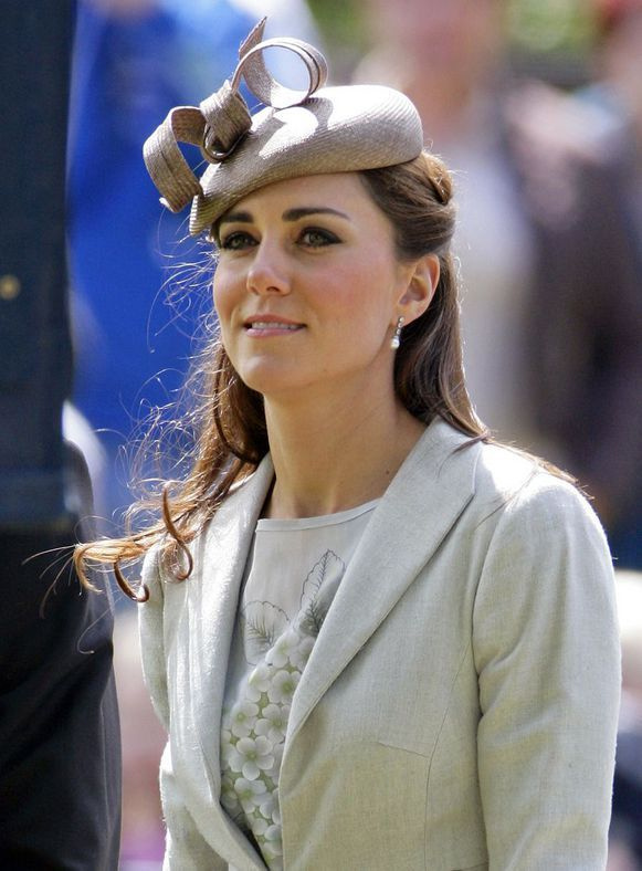 Sinds Kate Middleton naar buiten kwam met haar donkere, dikke en uitgesproken wenkbrauwen doen allerlei geruchten de ronde. Werden ze gekleurd? Of ...