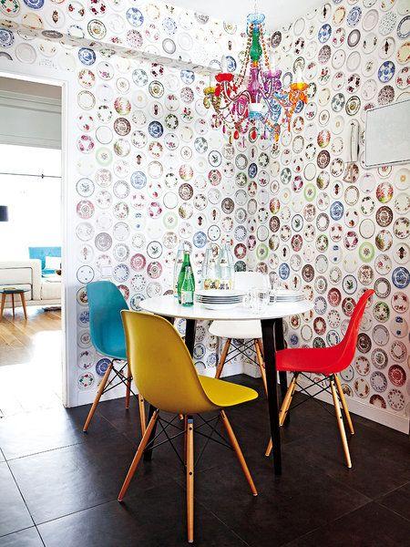 Mesa en la cocina, papel pintado con platos vintage